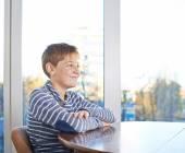 Chlapec seděl na dřevěné desce — Stock fotografie