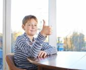 Boy  showing a thumbs up — Stock Photo
