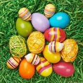 Vários ovos de Páscoa coloridos — Fotografia Stock