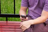 Manos sosteniendo smartphone — Foto de Stock
