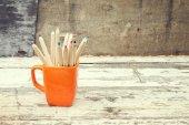 彩色铅笔在橙杯 — 图库照片