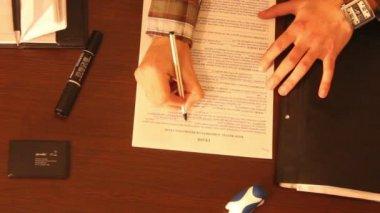 男の手の書き込みリース — ストックビデオ