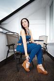 Trevlig kvinna poserar för modebilder — Stockfoto