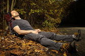 Man on trek relaxing in nature — Stock Photo