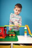 Chłopiec z budynków zestaw w pokoju — Zdjęcie stockowe
