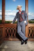 Man in stro hoed genieten van dag in zomerhuis — Stockfoto