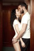 Mooi paar in de kamer — Stockfoto