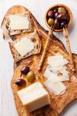 Sandwiches with Parmesan cheese and olives — Stock Photo