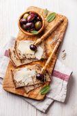 Sanduíches com queijo parmesão e azeitonas — Fotografia Stock