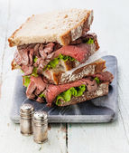 Roast beef sandwiches with lettuce — Stockfoto