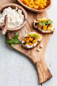 Bruschetta with chopped mango, basil and goat cheese — Stok fotoğraf