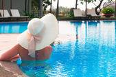 从回来在游泳池帽子的女人 — 图库照片