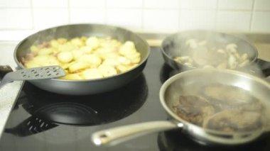 牛排和炸的土豆烤 — 图库视频影像