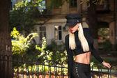 Frau in schwarzer kleidung — Stockfoto