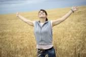 Szczęśliwa kobieta w polu pszenicy — Zdjęcie stockowe