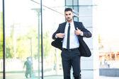 Eleganti uomo d'affari a piedi fuori — Foto Stock