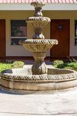 Belle fontaine dans un jardin — Photo