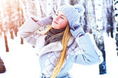 Young beautiful girl posing in winter park on a sunny day — Stock Photo
