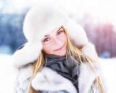 Beautiful girl with perfect skin. Cold winter day in the park posing in the sun — Fotografia Stock