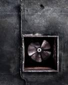Abandoned air conditioning duct and rusted fan — Stock Photo