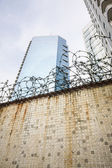 Dirty wall and barbwire in modern city — Stock Photo