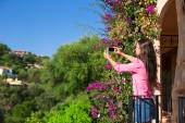 Young woman take photo on her phone at tropical beach — Stock Photo