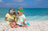 Adorable cute girls with big map on tropical beach vacation — Stock fotografie