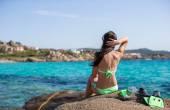 Belle fille avec équipement sur grosses pierres prêtes pour la plongée — Photo