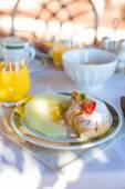 Petit-déjeuner sain sur la table se bouchent dans station balnéaire restaurant — Photo