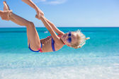 Happy little girl have fun during summer beach vacation — Stockfoto