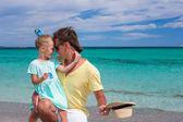 Junger Vater und Tochter während der tropischen Strandurlaub — Stockfoto