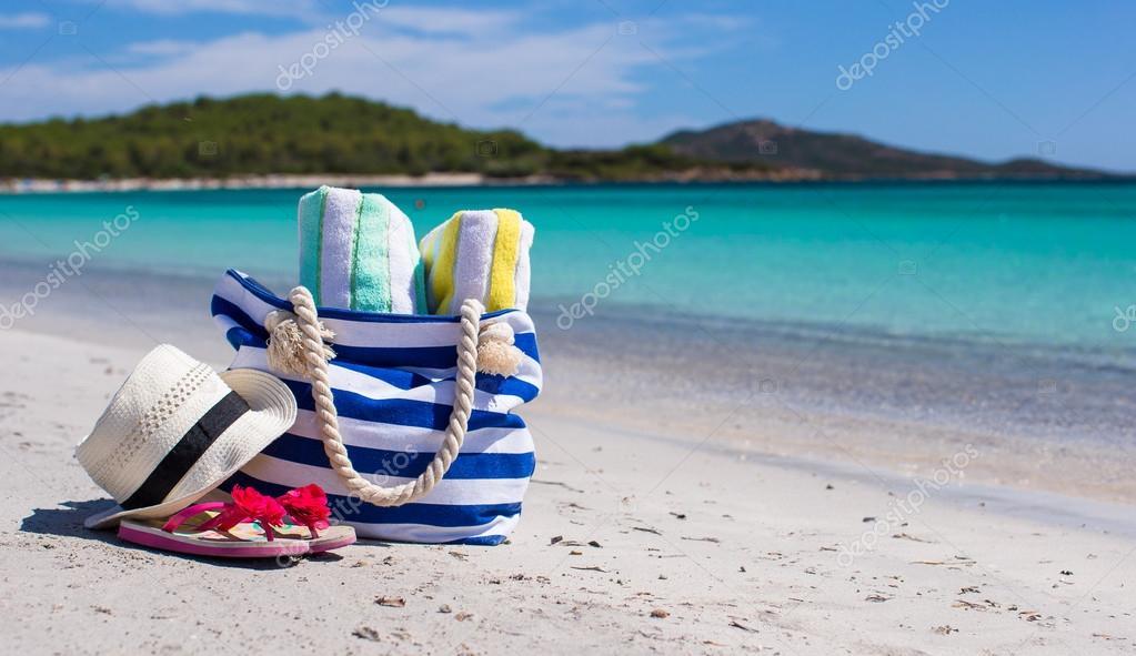 sac de plage tongs et chapeau de paille une serviette. Black Bedroom Furniture Sets. Home Design Ideas