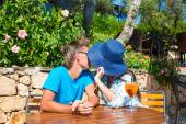 Young couple relaxing in outdoor cafe — Stock Photo