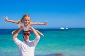 Young father and little daughter have fun during tropical beach vacation — Stockfoto