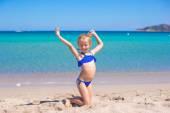 Adorable little girl making wheel on tropical white sandy beach — Stock Photo