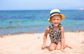 Adorable little girl have fun at tropical beach — Stock Photo
