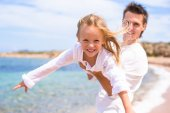 Happy father and adorable little daughter on the beach — Stock Photo
