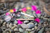 Notepads plans and sunglasses on a gravel road to the sea — Foto de Stock