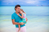 Happy father and little daughter at white sandy beach — Foto Stock
