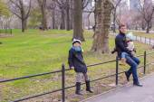 Young father and little daughters in Central Park — Stock Photo