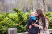 Young mother and her daughter for a walk in Central Park — Stock Photo