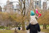 Young father and little daughter for a walk in Central Park — Stock Photo