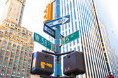 The intersection of 58th street and 5th Avenue in New York City — Stock Photo