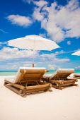 Strand-Holzstühle für Ferien am tropischen Strand — Stockfoto