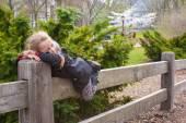 Liebenswert kleine Mädchen viel Spaß im Central Park in New York City — Stockfoto