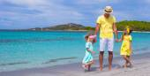 Father and little girls have fun during tropical vacation — Stock Photo