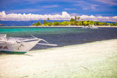 Small boat on white sandy tropical beach — Stock Photo