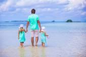 Sevimli küçük kız ve genç Baba beach tatil sırasında — Stok fotoğraf