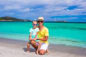Happy father and little girl enjoying tropical beach vacation — Stockfoto
