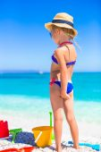 Little girl have fun with beach toys at tropical beach — Zdjęcie stockowe